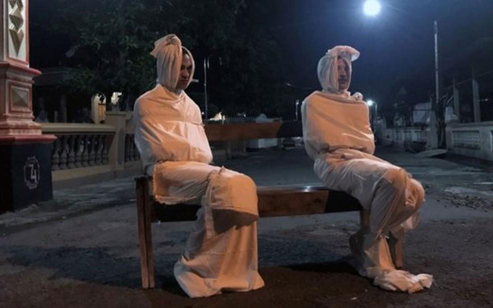 'Fantasmas' patrulham as ruas para manter pessoas em casa na Indonésia — Foto: Reprodução/BBC