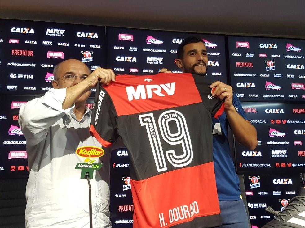 Henrique Dourado recebe a camisa 19 do Flamengo (Foto: Marcelo Baltar )