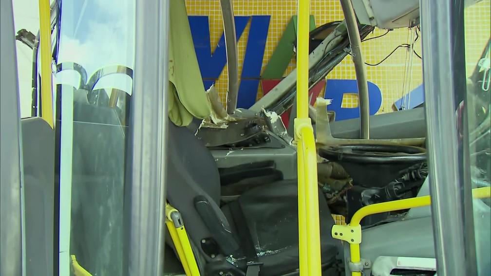 Acidente danificou o BRT e a estação, que teve o funcionamento interrompido — Foto: Reprodução/TV Globo