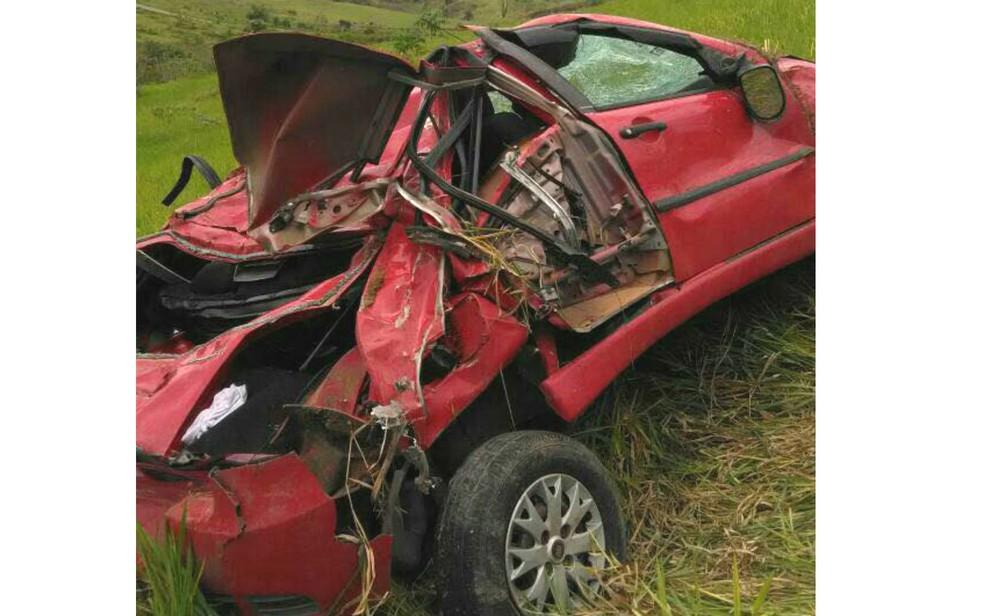Carro ficou destruído após acidente na cidade de Ibirapuã (Foto: Rafael Vedra/LiberdadeNews)