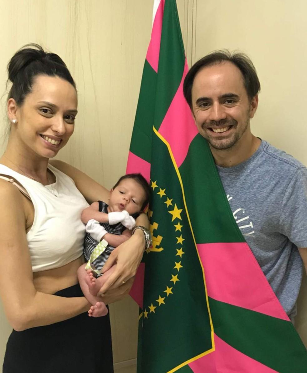 Primeiro passeio de Davi, com 20 dias de nascido foi o barracão da Mangueira, acompanhando os pais Priscilla e Rodrigo numa reunião de carnaval — Foto: Arquivo Pessoal