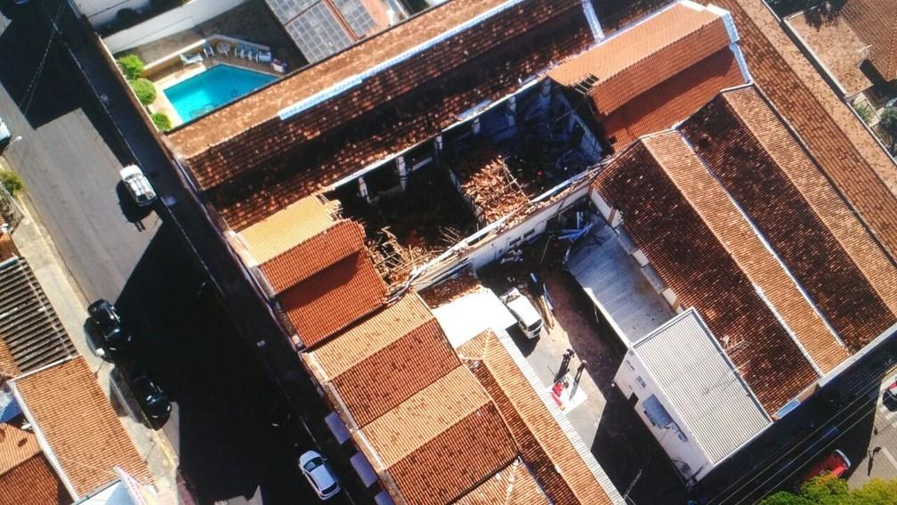 Teto do refeitório de escola desabou em Agudos (Foto: Arquivo Pessoal )