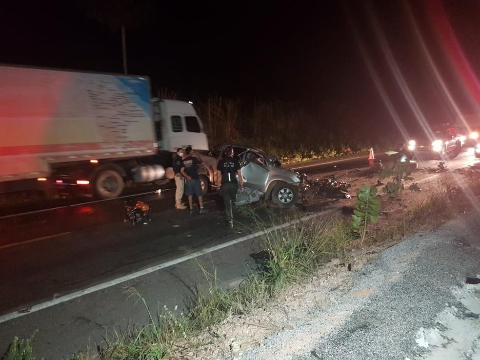 Dois homens morrem e um fica ferido em colisão frontal entre caminhonete e carreta na BR-222, na Grande Fortaleza. — Foto: Rafaela Duarte/ SVM