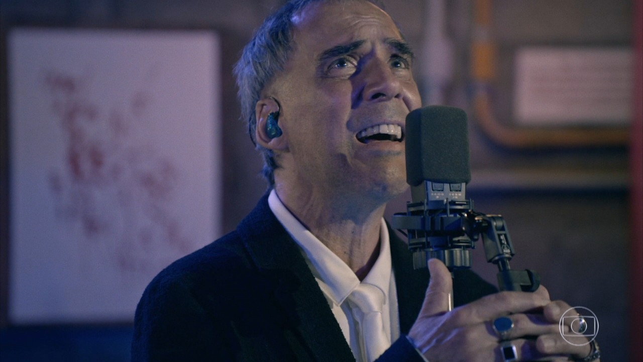 Arnaldo Antunes canta 'De Outra Galáxia'
