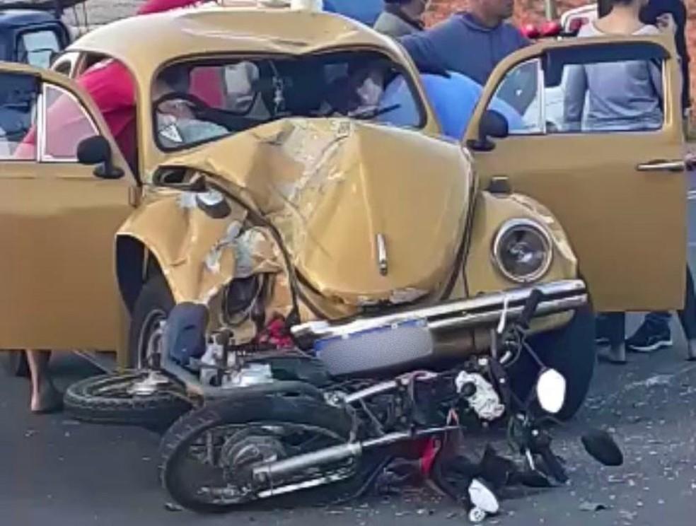Motorista do Fusca e motociclista foram socorridos em estado grave após acidente em São Miguel Arcanjo — Foto: Arquivo Pessoal