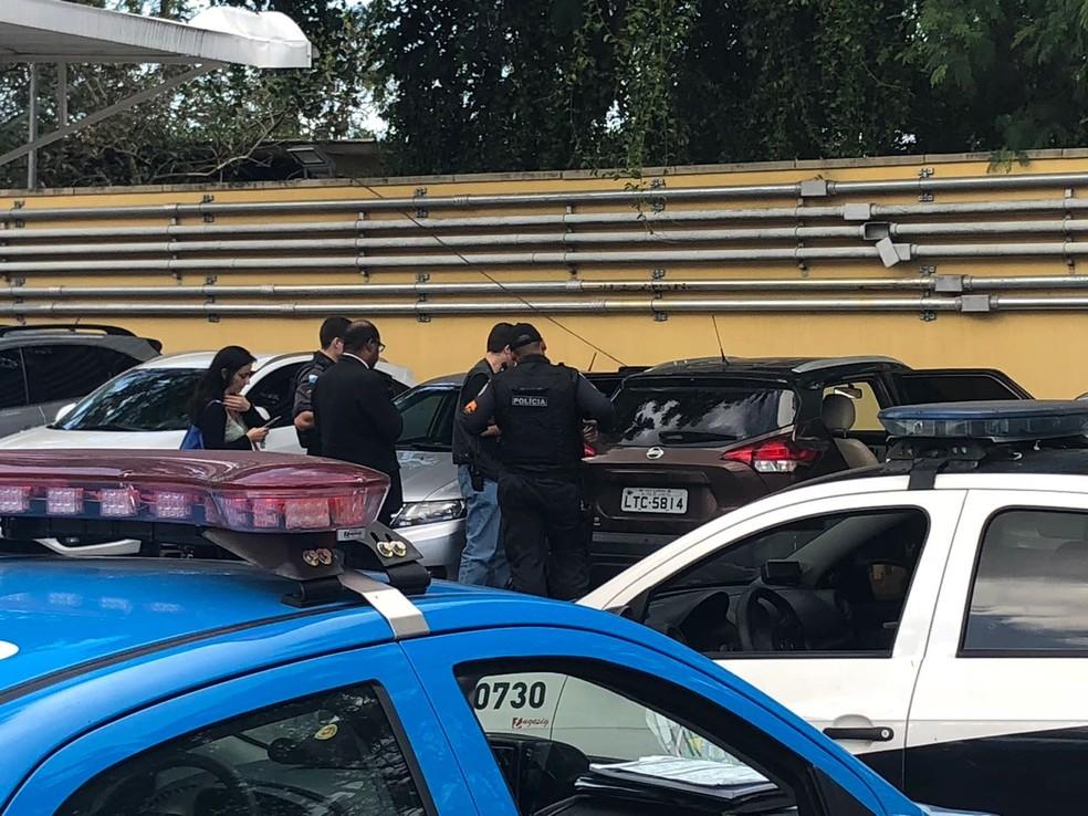 Polícia faz perícia no carro do ator Ícaro Silva (Foto: Bruno Albernaz / G1)