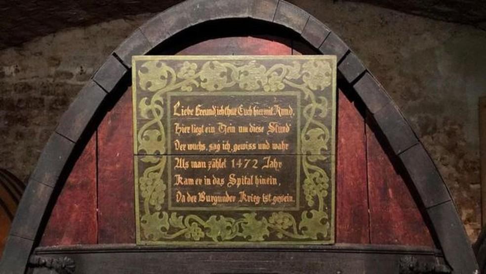 A adega abriga o que é conhecido como o vinho branco mantido em barril mais antigo do mundo, que data de 1472 — Foto: Melissa Banigan/BBC