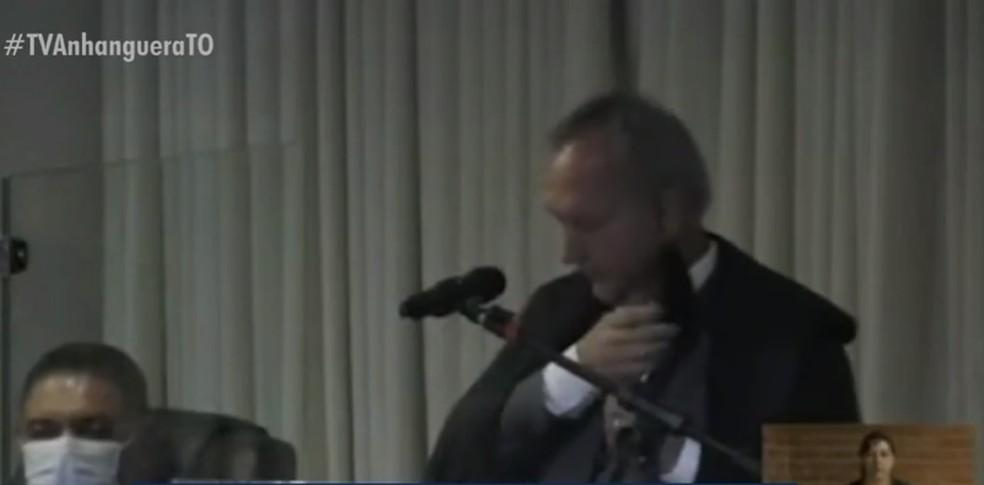 Desembargador tirou máscara para falar em sessão do TJ — Foto: Reprodução/TV Anhanguera