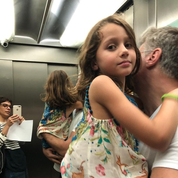 Maria Ribeiro posa no elevador com Fábio Assunção (Foto: Reprodução)