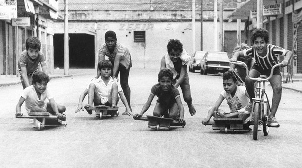 Garotos se divertem disputando corrida de carrinhos de rolimã, 1972 (Foto: Estadão Conteúdo)