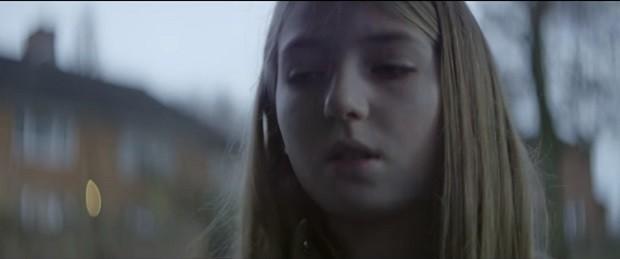 "Holly no vídeo ""Make It Stop"" (Foto: Reprodução Youtube)"