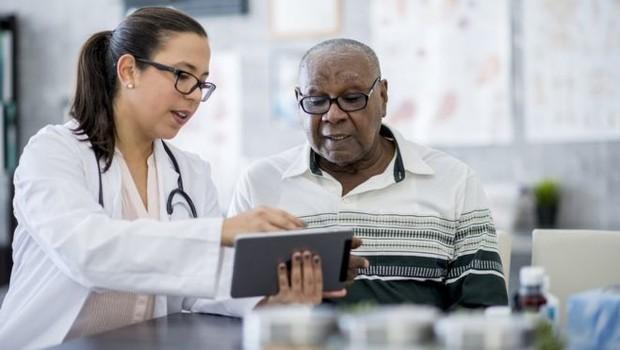 O estudo afirma que mais vale a atenção voltada à saúde da família do que a focada em especialistas e aparelhos de última geração (Foto: Getty Images)