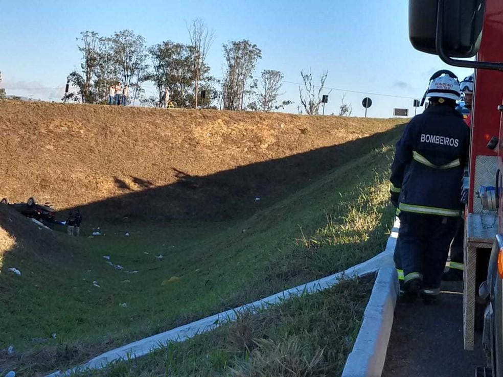 Carro despencou ribanceira e motorista morreu em Vitória da Conquista (Foto: Divulgação/Corpo de Bombeiros)
