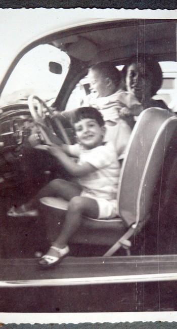 """Henrique Koifman """"dirige"""" o Fusca 1963 da Família, em 1965"""