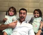 Joaquim Lopes com as atrizes gêmeas que foram sua filha em 'Malhação' | Reprodução Instagram
