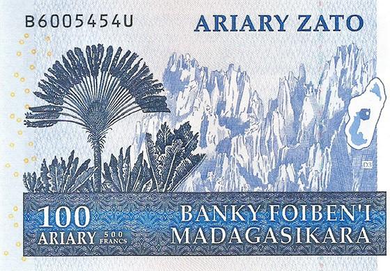 O verso do bilhete de 100 Ariary mostra uma imponente ravenala, junto às formações rochosas do Tsingy de Bemaraha (Foto:  Reprodução)