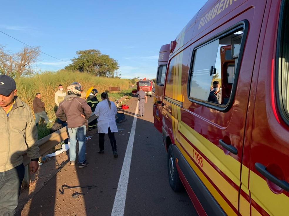 Bombeiros também participaram do resgate das vítimas em Jaú  — Foto: Diego Santos / Rádio Clube Bariri