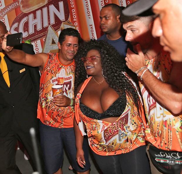 Jojo Todynho posa com fãs (Foto: Daniel Delmiro, Denilson Santos e Francisco Cepeda/AgNews)
