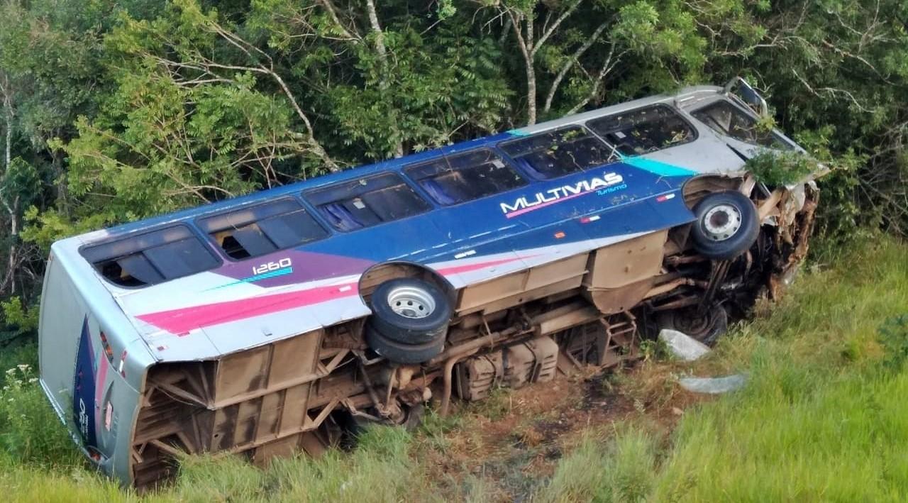 Motorista de ônibus perde controle e  veículo tomba em vegetação em Varginha, MG