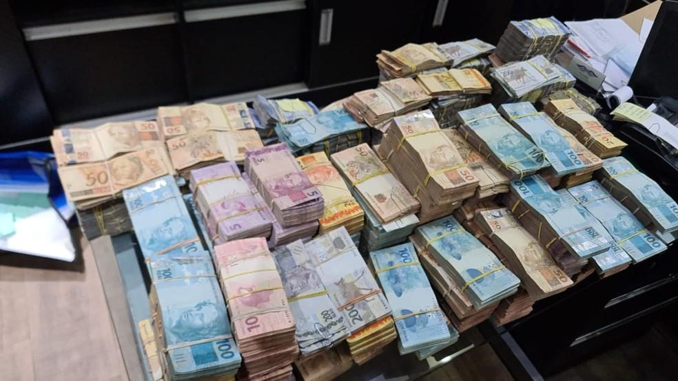 Mais de R$ 1 milhão em dinheiro foram apreendidos durante operação do Gaeco e da PM  — Foto: Divulgação/Gaeco