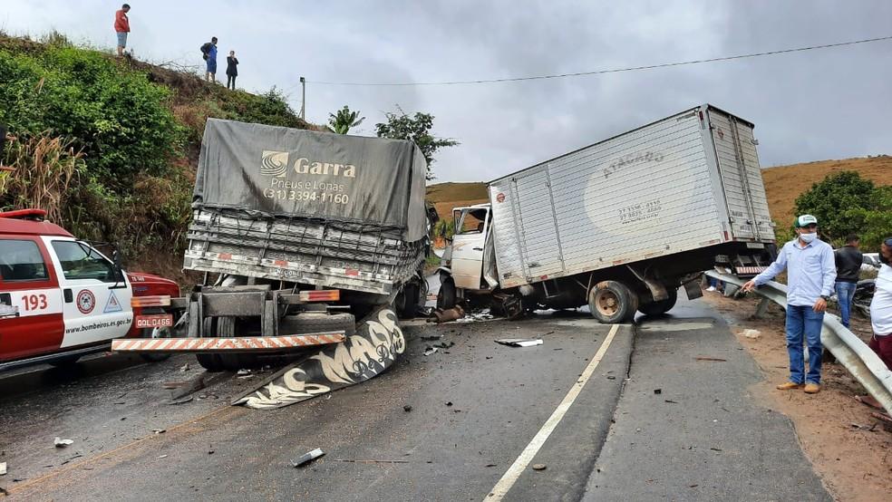Duas pessoas morreram em acidente na ES-320 em Barra de São Francisco, ES — Foto: Twitter/Bombeiros ES