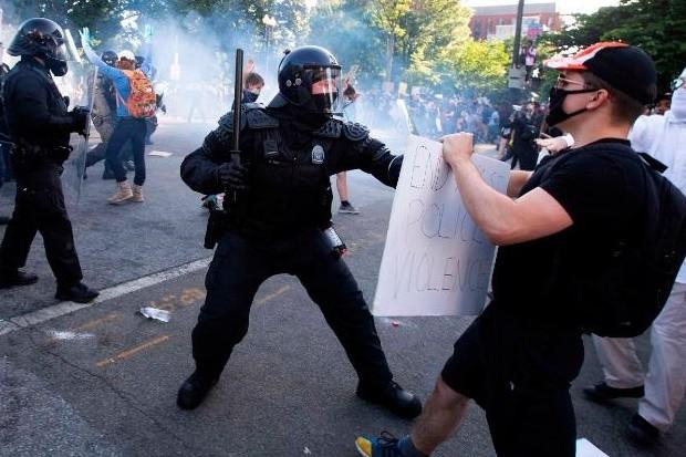 Policiais agem com brutalidade para conter os manifestantes (Foto: Getty Images)