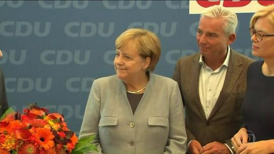 Reeleita para quarto mandato, Angela Merkel trabalha para formar governo