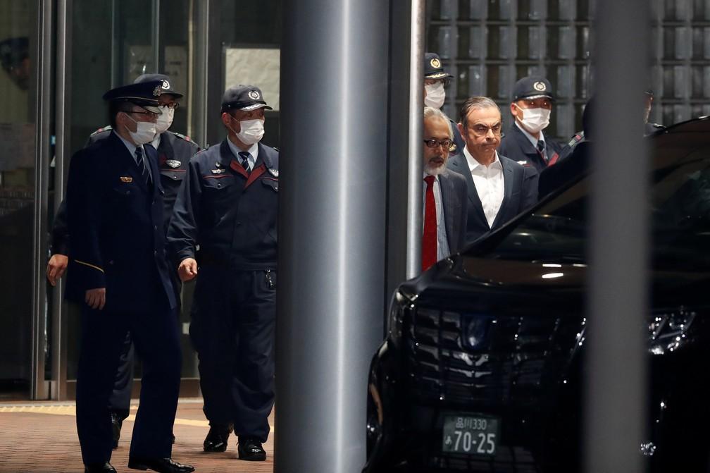 Carlos Ghosn deixa centro de detenção de Tóquio nesta quinta-feira (25) — Foto: Issei Kato/Reuters