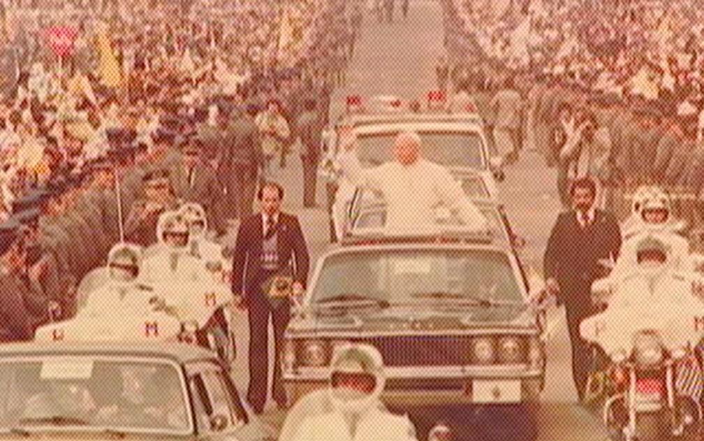 Papa João Paulo II acena para os fiéis durante sua passagem por Aparecida, em 1980. — Foto: Reprodução/TV Vanguarda