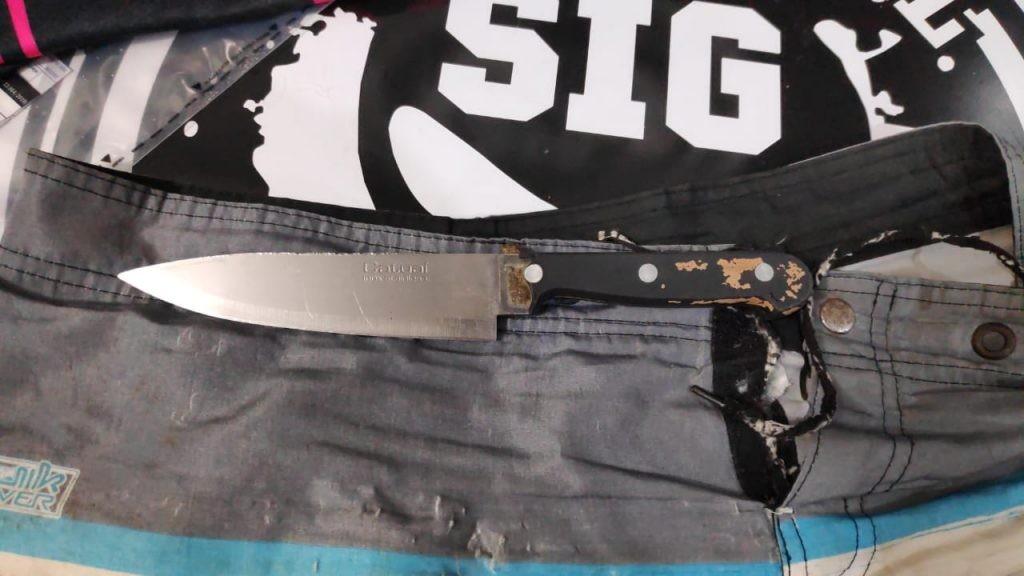 Homem tenta matar outro com cinco facadas depois de ser xingado em bar