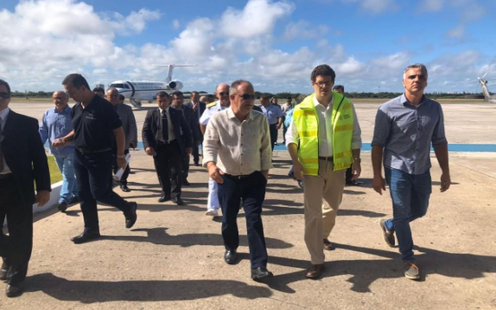 Ministro do Meio Ambiente desembarcou em Aracaju de onde partiu em helicóptero  — Foto: ASN/SE