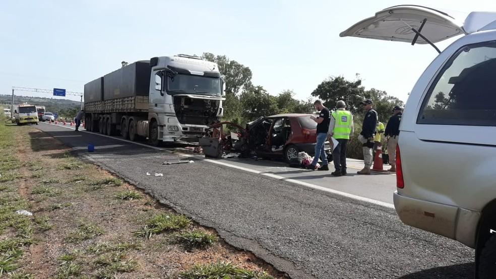 Veículo de passeio colidiu com uma carreta e todos os ocupantes do carro, uma família do Ceará, morreram.  — Foto: Foto: Divulgação