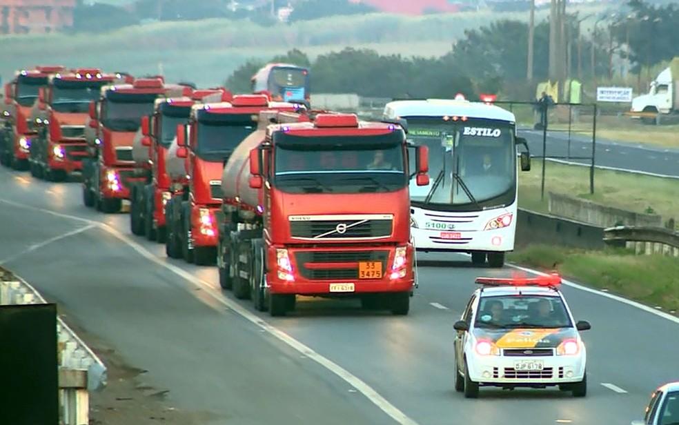 Caminhões-tanque chegam na Replan, em Paulínia com escolta da PM  (Foto: Reprodução/EPTV)