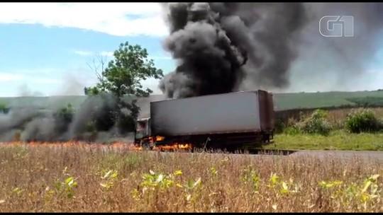 Caminhão carregado com graxa e óleo lubrificante pega fogo na PR-554