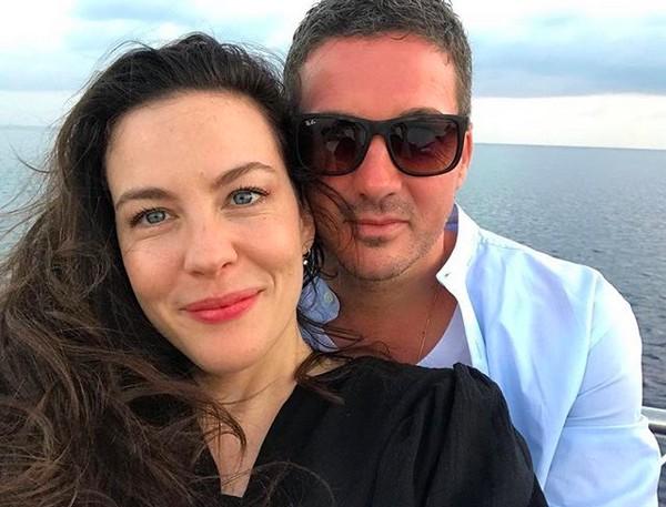 A atriz Liv Tyler com o marido (Foto: Instagram)