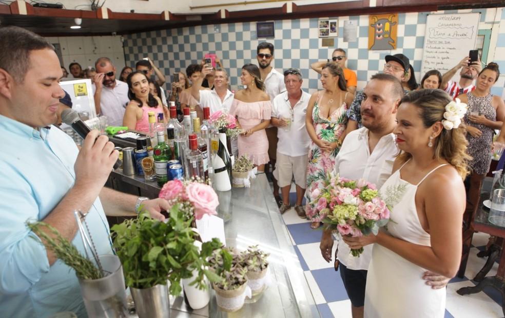 Noivos se casam em boteco na Zona Norte do Rio — Foto: Berg Silva/Divulgação