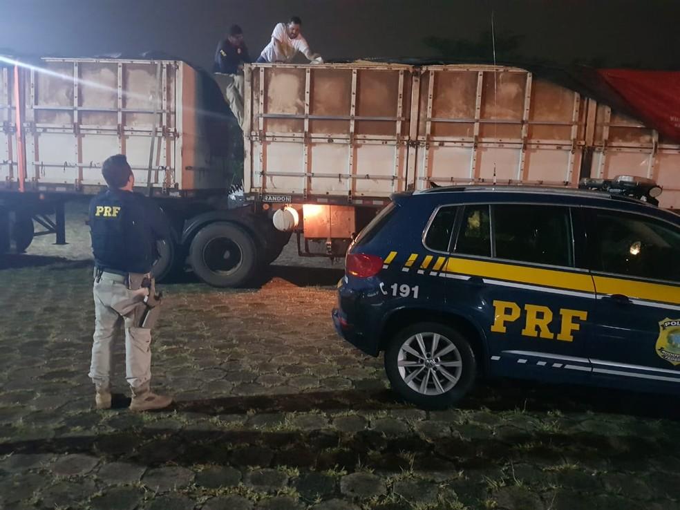 Caminhão foi abordado na base da PRF em Marília  — Foto: Polícia Rodoviária Federal/ Divulgação