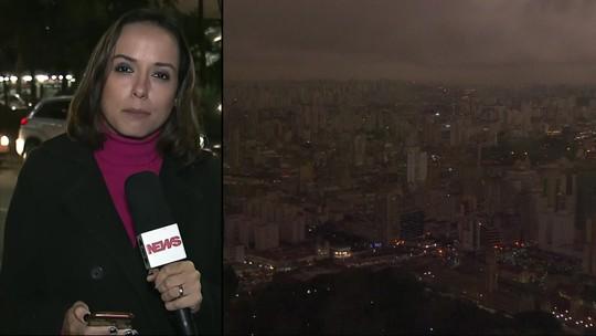 Frente fria e fumaça de queimadas causam escuridão em SP durante a tarde