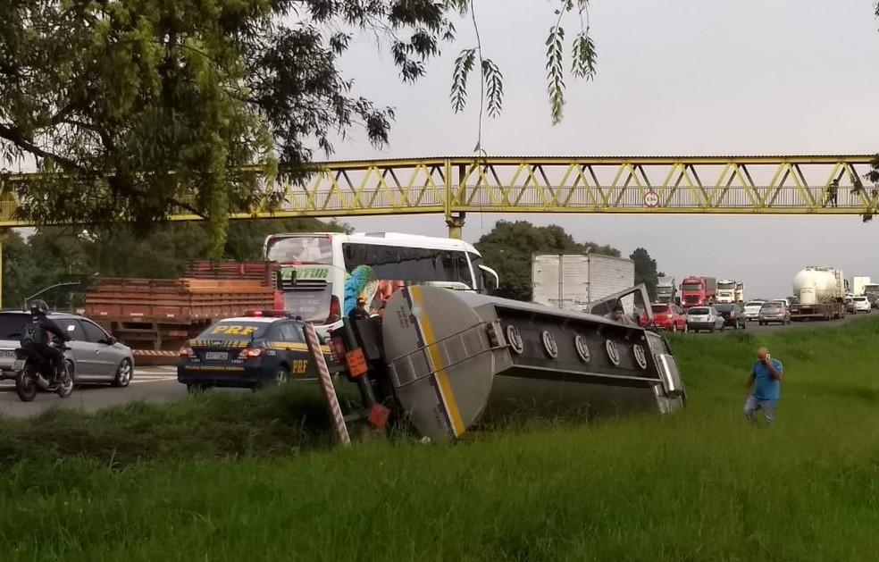 Caminhão-tanque tomba no trecho que fica entre a Rodovia do Xisto e o Contorno Sul — Foto: João Salgado/RPC