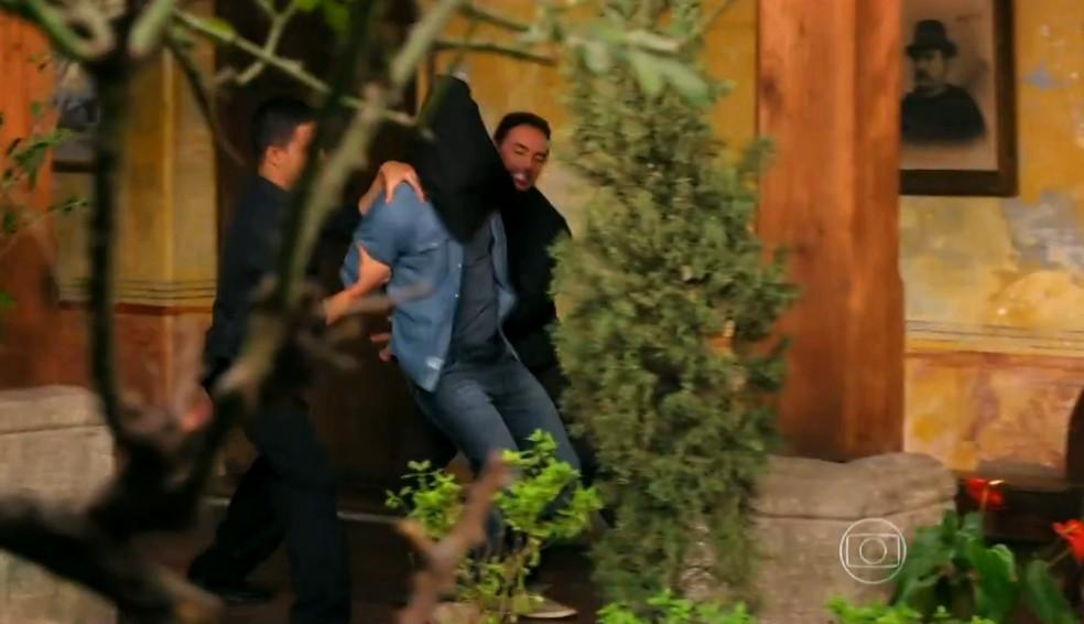 Cassiano (Henri Castelli) é encapuzado pelos capangas de Dom Rafael (Cesar Troncoso), em 'Flor do Caribe' — Foto: Globo
