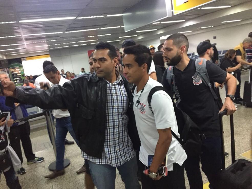 Jadson tira foto com torcedores em desembarque em Guarulhos (Foto: Marcelo Braga)
