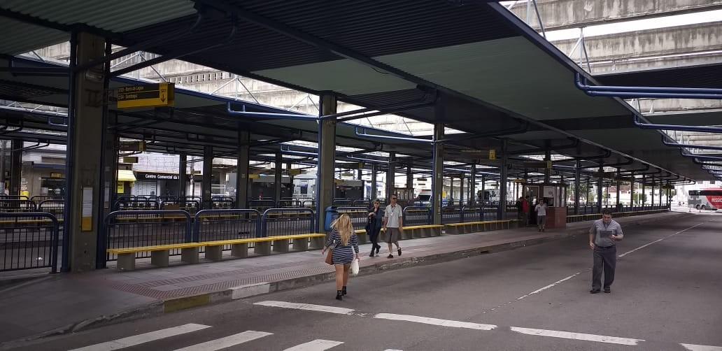 Em protesto, motoristas de ônibus deixam de realizar embarque de passageiros em terminal da Capital  - Notícias - Plantão Diário