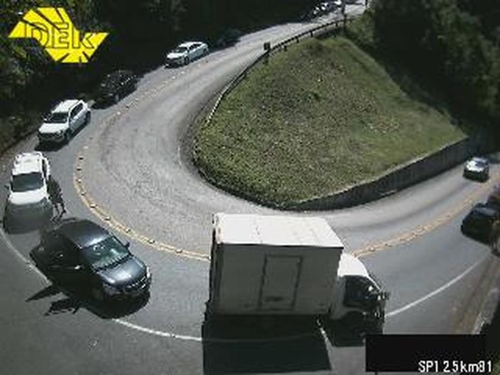Rodovia Oswaldo Cruz foi interditada nos dois sentidos após o acidente (Foto: Reprodução/ DER)