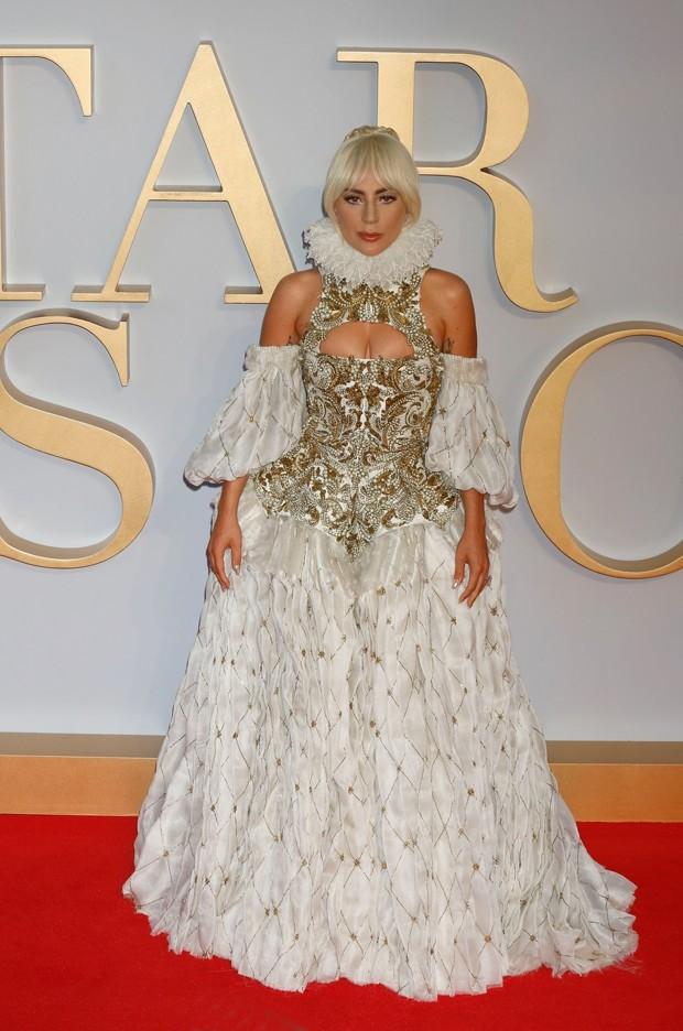 Lady Gaga na estreia de Nasce uma Estrela em Londres (Foto: Backgrid)