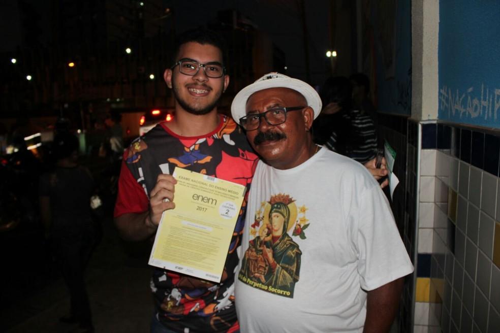ENEM 2017 - DOMINGO (5) - TERESINA (PI) - Avô levou terço e ficou esperando neto até termio das provas  (Foto: Júnior Feitosa/G1)