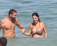 Grávida, Robertha Portella curte praia com Bruno Coimbra