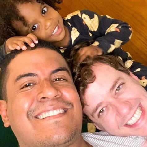 Pablo Sanábio com o marido e a filha (Foto: Reprodução)