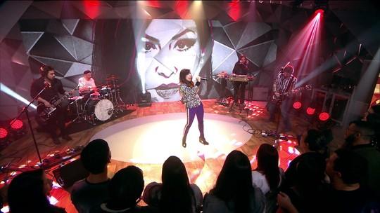 Pitty canta 'Como Nossos Pais' no palco do Fantástico