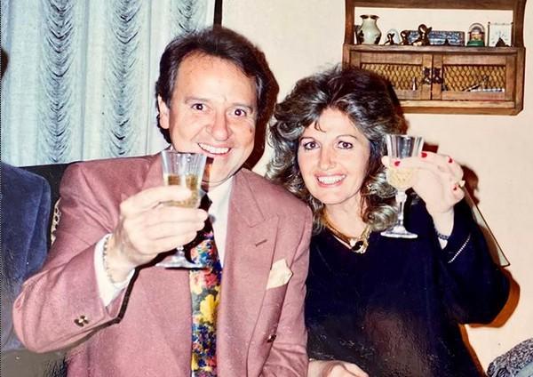 Gache Rivera com o marido, Carlos Villagrán (Quico) em uma foto antiga de família (Foto: Instagram)