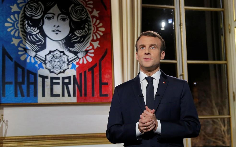 O presidente francês, Emmanuel Macron, posa para foto após a gravação de mensagem de Ano Novo, no Palácio Eliseu, em Paris, em 31 de dezembro de 2018 — Foto: Michel Euler/Pool via Reuters